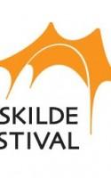 Ordene er lidt forsinkede. Det vil sige, ord er der overalt på Roskilde Festivalen, men de kan drukne i den støj de tilsammen laver. Derfor har de fået deres eget område, hvor de skal flyde ovenpå og sprede sig ud i verden.