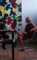 Den norske succesforfatter, Lars Saabye Christensen, gæstede de moderne omgivelser i Humlebæk på bogfestivalens sidste dag. Showet var stramt orkestreret i husets koncertsal under stringent ledelse af journalistdirigent Anette Dina Sørensen. Heldigvis holdt forfatteren sig ikke til partituret.