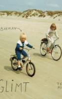 Rikke Bakman har begået en fremragende tegnet roman, som fortryller med sine glimtende barndomsminder.