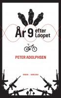 Peter Adolphsens længe ventede miniroman ÅR 9 EFTER LOOPET er en ekvilibristisk mini-narrativ, men ikke uden også at være alvidende kæmpefortælling anno 2013.