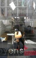 Sammen med foråret kom et nyt litterært tiltag til Vesterbro: Byens Bogcafe. Her har man mulighed for at få slukket kaffetørsten i solen på cafeens udendørs bænk. Hvis ikke man da ikke hellere vil lade sig opsluge af boguniverset inden for i den lille cafe og boghandel, der ikke bare ejes af, men er en betydelig del af Byens Forlag.