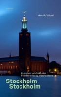 Stockholm er som bekendt Skandinaviens hovedstad, en umanerlig smuk og turistvenlig by er den i hvert fald. Ikke slidt som Oslo og rodet som København, der er penge, magt og ynde i Stockholm og Wivels lidt højtidelige og svungne stil klæder byen flot. Hos Wivel bliver biler sendt af sted som 'projektiler over Centralbroen' og bygninger rejser sig som 'verdener i verden'.