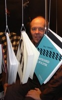 Nordmanden Roger Pihl lider af højdeskræk. Alligevel skrev han i 2005 en guide til Danmarks bjerge, som stadig sælger pænt. Nu handler det om kartozoologien – jagten på dyremotiver i bykort. Mød en idérig forfatter, der forener det bedste fra reklameverden med litteraturens.