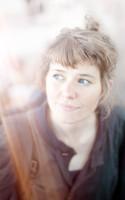 LitteraturNu mødte den debuterende digter Lea Marie Løppenthin på Lousiana Literature og fik blandt andet en snak om krop, kapitalisme og poesien som opholdsrum mellem ro og uro.