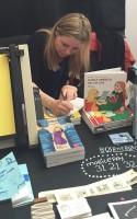 Signe Parkins har udgivet en tegneseriedagbog med sit eget hverdagsliv som omdrejningspunkt. Men under den tilsyneladende trivielle overfalde, lurer en eksistentiel uro, som bliver ved med at fordre hendes kunstneriske virke.