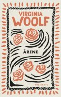 ÅRENE er en slægtsroman, der viser den engelske middelklasses sæder og vaner fra 1880 til 1930. På trods af det poetiske sprog er den lidt af en ørkenvandring.