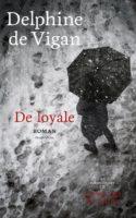DE LOYALE er ikke ligefrem en nem læseoplevelse, selvom prosaen ikke er svær. Det er en roman, der udfordrer blikket på Paris og minder om, hvor vigtigt det er ikke at lade tavshed stå i vejen for en barndom.