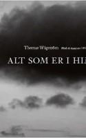 Engleflugt, blækspruttebarok og sneglevandring. Ordene popper op, mens blikket vandrer hen over skyerne på Thomas Wågströms 31 fotografier i dramatisk sort-hvid. Karl Ove Knausgård åbner værket med et forbandet smukt essay.