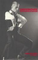 Grundig og gennemarbejdet fortælling om og fortegnelse over glamrockikonet, familiefaderen og arbejdsnarkomanen David Bowie.