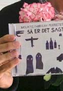 På en strittende plade krydser digter Lone Hørslev og musiker Mads Mouritz pen med guitar.