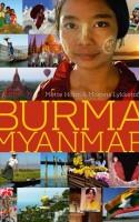 BURMA/MYANMAR er en dokumentarisk beretning fra et før så lukket land. Et land knapt på såvel ytringsfrihed som kommunikationskanaler. Det kan mærkes, men gør ikke beretningen skade – snarere tværtimod.
