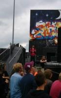 Hvor går litteraturen og ordene hen på Roskilde Festivalen, når warm-up dagene er slut, og Forfatterskabets scene er lukket og slukket? Som de sidste mange år lever den et skrøbeligt liv blandt musikken, som er - og selvfølgelig skal være - hovedattraktionen.