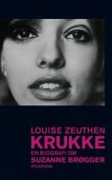 Fra hun var 13, dokumenterede Suzanne Brøgger sit liv på skrift, og biografien om Brøggers første 40 år baserer sig på dette saftige materiale. Men den er ikke mindre koreograferet af Brøgger selv, end hendes egne bøger er.