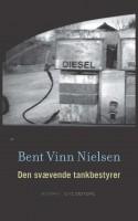 Provinsrealisten Bent Vinn Nielsen har skrevet endnu en vellykket roman om udkantsdanmarks skævere eksistenser, hvor en satirisk og gennemført stemme fører læseren gennem et monologisk kludetæppe af anekdoter fra et levet liv.