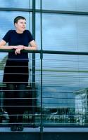 Litteraturnu.dk har interviewet Ida Holmegaard om hendes debutroman EMMA EMMA, som blandt andet er skrevet på en interesse for fællesskaber, og hvordan de konstitueres gennem bestemte fejringer, ceremonier og højtider.