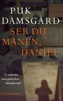 Kan man læse gennem let ligegyldigt og patostungt sprog, har Puk Damsgård med SER DU MÅNEN, DANIEL leveret en bog, der både giver et ærligt billede af mennesket i fangeskab og en vigtig indsigt i en uhyre kompliceret krig.