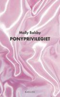 I Molly Balsbys debutdigte kan man blive klogere på både piger og ponyer, og hvad det er, der forbinder de to til hinanden. Det er på én gang cute og hardcore. Og så er det sjovt
