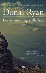Donal Ryans FRA ET SMULT OG STILLE HAV er en fængslende roman om livets uretfærdighed, og hvordan megen modgang gør os til dem vi er. Det er en skildring af tre særskilte skæbner i Irland, der udspiller sig på forskellig vis for til sidst at blive forenet i én og samme fortælling.