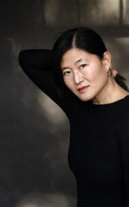 På litteraturfestivalen, NORD, talte Eva Tind om sin nye roman OPHAV. Den handler om hvad og hvor hjem er. Tag med på jagt efter svar fra bogsnak i Helsingør til perledykning i Korea.