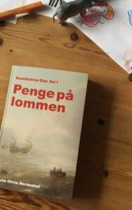 I stedet for en regulær anmeldelse af Asta Olivia Nordenhofs nye roman,Scandinavian Star del 1: Penge på Lommen,har vi valgt at bringe den samtale, vi i redaktionen har haft om bogen. Vi fik snakket om dansk børne-tv, kapitalismekritik, frie og […]