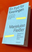 I en sydtysk småby under Weimarrepublikken bruser blodet i Gustl og Frieda. 'En roman om rygning, sport, kærlighed og handel' hedder undertitlen, men faktisk plimrer samtlige af menneskets tangenter i denne gakkede og dødsensalvorlige fortælling fra en spinkel fredstid før […]