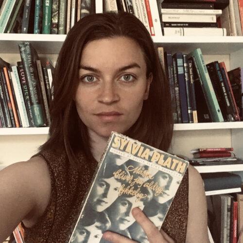"""Sylvia Plath er ligefrem, bister og dejligt humoristisk. Og uomtvisteligt romantiker. Jeg læser Sylvia Plaths dagbøger som jeg læser magasiner. Jeg bladrer, slår tilfældigt ned. Det er godt det hele. Her er for eksempel et notat om en fest, den fest hvor Sylvia Plath møder Ted Hughes, som senere bliver hendes partner, og det er virkelig en god festbeskrivelse, måske den bedste jeg kender: """"Det er morgen, grå morgen, meget ædru med kolde hvide puritanske øjne; der betragter mig. I aftes blev jeg fuld, helt vidunderligt fuld..."""